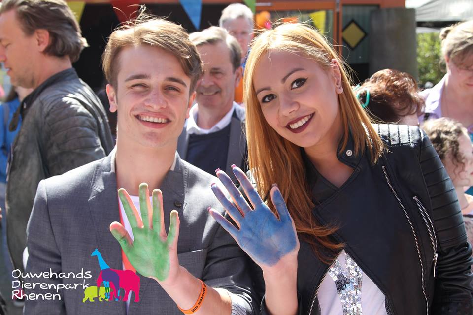 Rachel Traets en Ralf Mackenbach zijn tegen pesten en zetten hun verfhandtekening