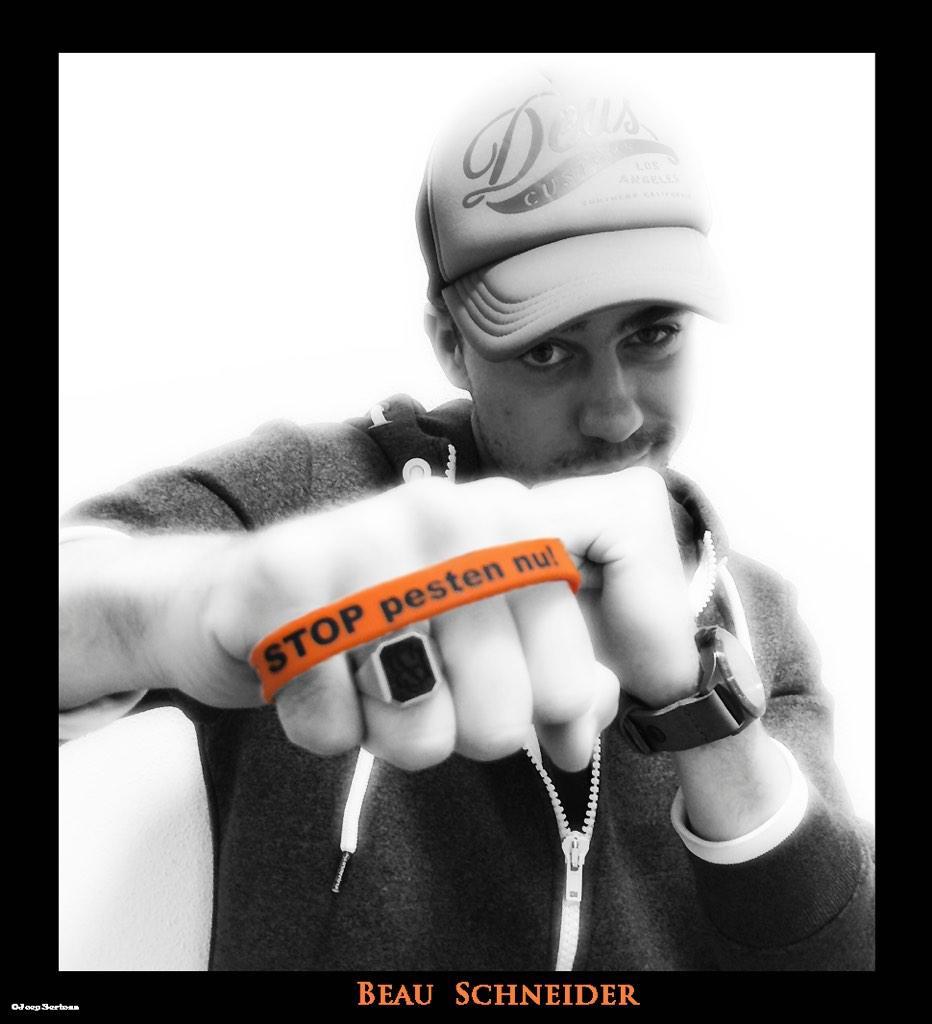 Tim Loderus (Beau Schneider) zegt: Ik STOP pesten nu! met oranje bandje tegen pesten
