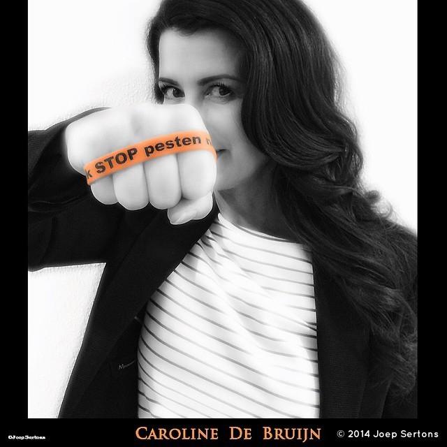Janine Elschot (Caroline De Bruijn) zegt: Ik STOP pesten nu! met oranje bandje tegen pesten