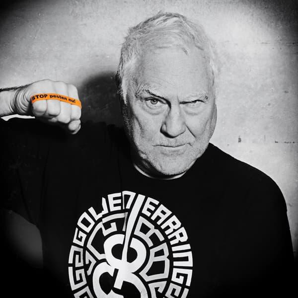 Cesar Zuiderwijk zegt: Ik STOP pesten nu! met oranje bandje tegen pesten