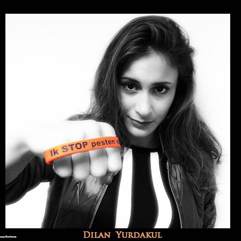 Aysen Baydar (Dilan Yurdakul) zegt: Ik STOP pesten nu! met oranje bandje tegen pesten