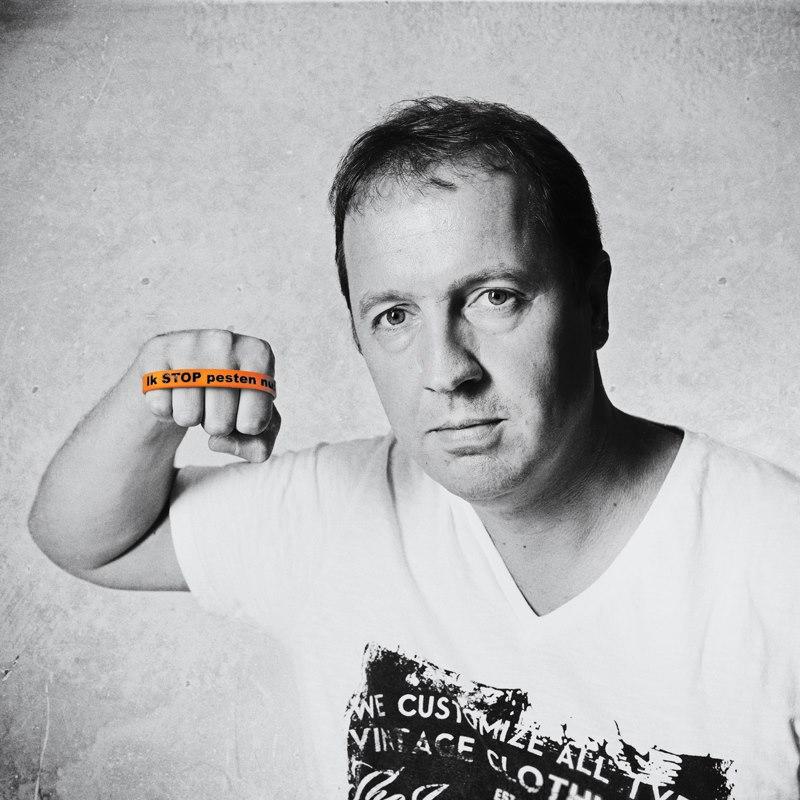 Edwin Evers zegt: Ik STOP pesten nu met oranje bandje tegen pesten: Ik STOP pesten nu! www.stoppestennu.nl Copyright foto Stefan Schipper http://stefanschipper.nl/