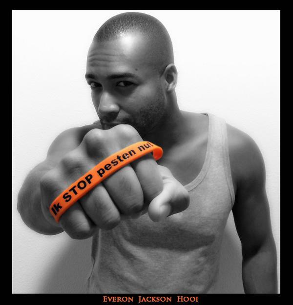 Everon Jackson Hooi met oranje bandje tegen pesten zegt Ik STOP pesten nu