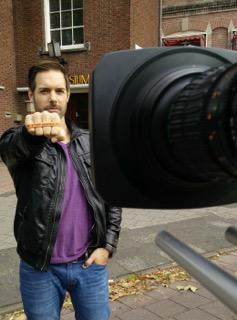 Ferry de Graaf zegt: Ik STOP pesten nu! met oranje bandje tegen pesen