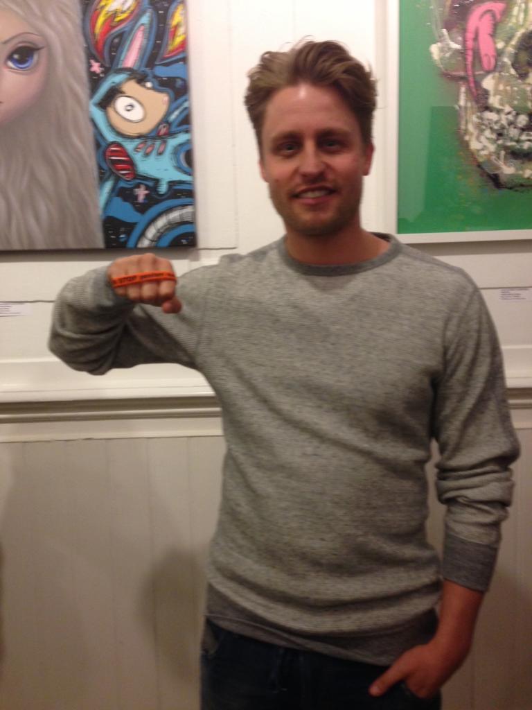 Joel de Tombe zegt: Ik STOP pesten nu! met oranje bandje tegen pesten