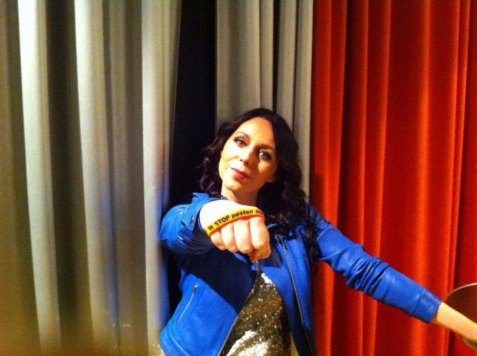 K3 - Kristel Verbeke zegt: Ik STOP pesten nu! met oranje bandje tegen pesten