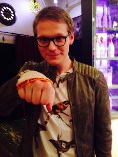 Luuk Ikink zegt: Ik STOP pesten nu! met oranje bandje tegen pesten