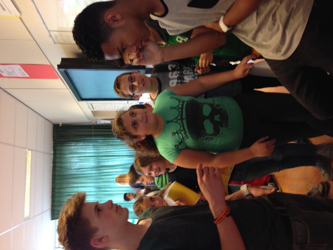 Rein en Owen bellen met grootste fan uit de klas die ziek thuis zit