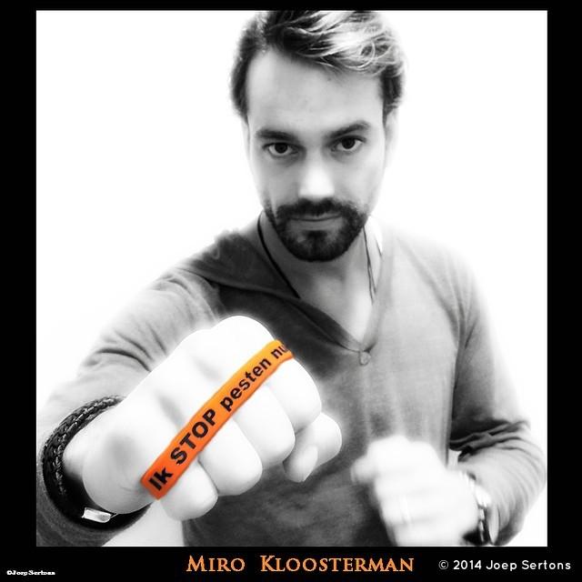 Miro Kloosterman met oranje bandje tegen pesten zegt Ik STOP Pesten nu!