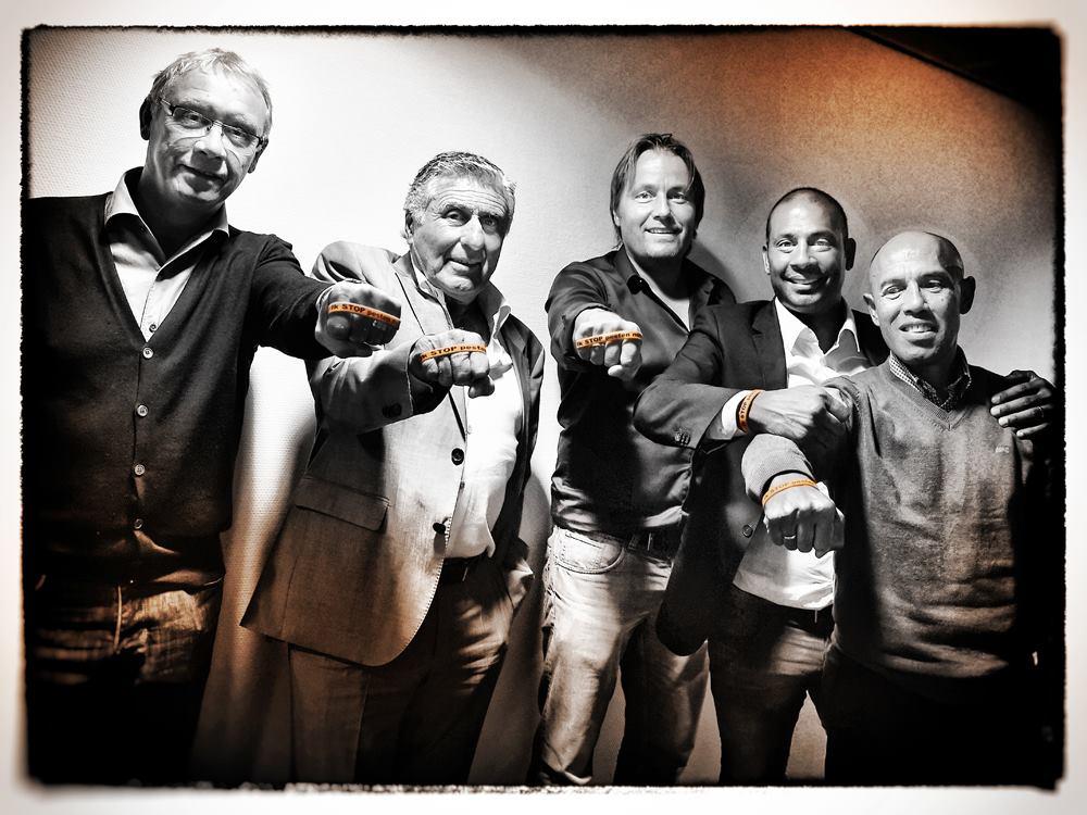 Oud Ajax voetballers Sjaak Swart, Dick Schoenaker, Simon Tahamata, Rob Witschge, Aron Winter oranje bandje tegen pesten