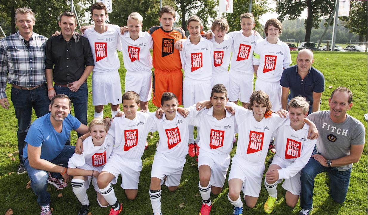 Stop Pesten Nu voetbaltenues uitgereikt door Sander Boschker ATC 65 C3 Maayke Heuver