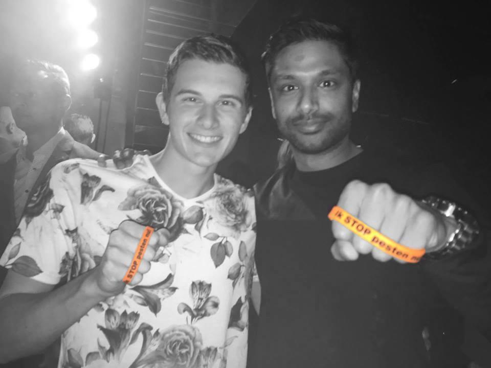 Awiin en DJ MitcheL zeggen Ik Stop Pesten Nu met oranje bandje tegen pesten