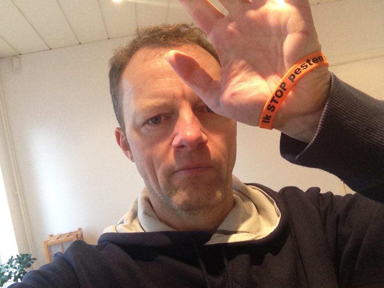 Charly Lownoise zegt Stop Pesten Nu met oranje bandje tegen pesten