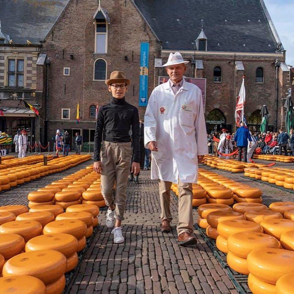 Ambassadeur Daniel Stosic van Stichting Stop Pesten Nu opent kaasmarkt