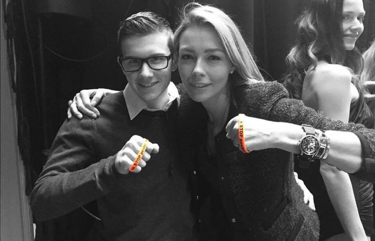 Renate Gerschtanowitz-Verbaan zegt Stop Pesten Nu met oranje bandje tegen pesten