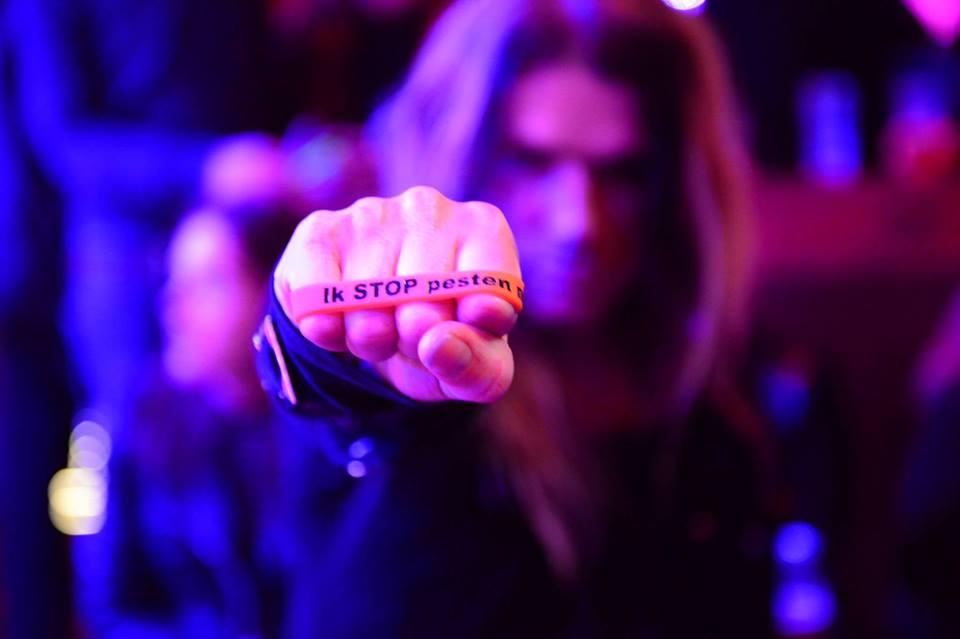 Robby Valentine zegt Stop Pesten Nu met oranje bandje tegen pesten