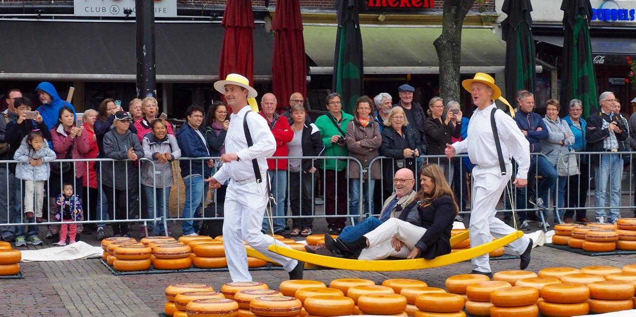 Ambassadeur Serge-Henri Valcke en Directeur Patricia Bolwerk worden als kazen vervoerd op de Kaasmarkt in Alkmaar, Stichting Stop Pesten Nu