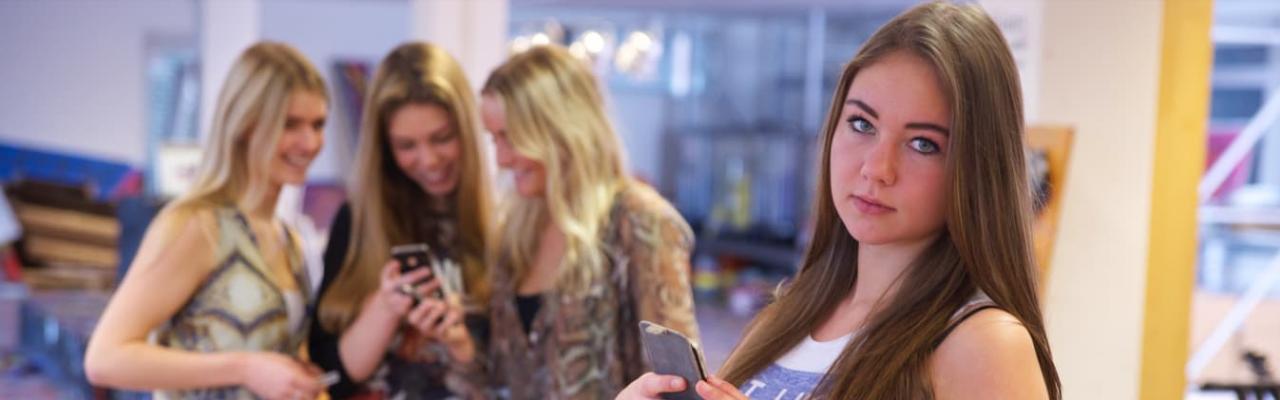 4 meisjes op de telefoon