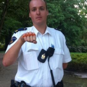 Agent in Vondelpark zegt: Ik STOP pesten nu! Ik kom in actie tegen pesten en zeg: Ik STOP pesten nu! (bandje tegen pesten)